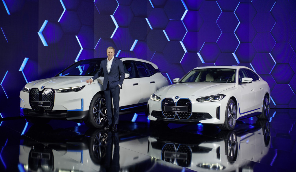 BMW Group CEO Oliver Zipse with the 2022 BMW iX and i4