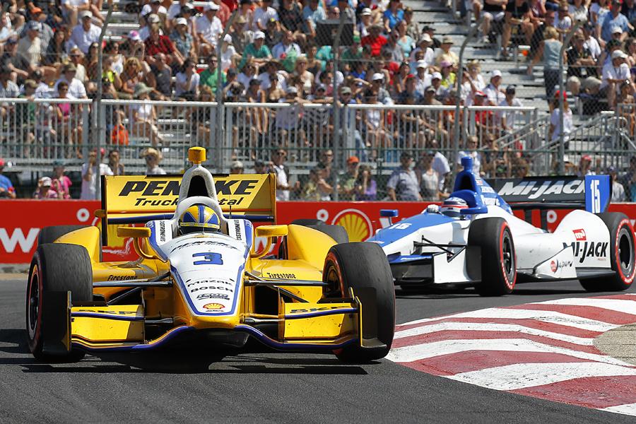 Caastroneves leads Sato - IZOD IndyCar Series photo/LAT USA