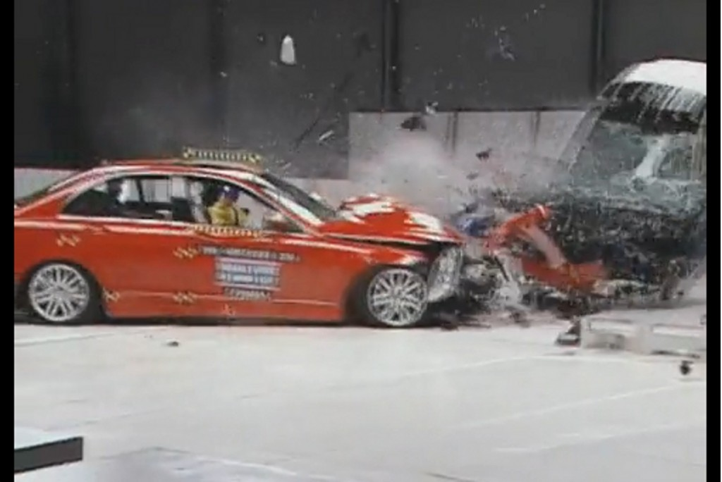IIHS tests Mercedes-Benz E-Class vs Smart Fortwo