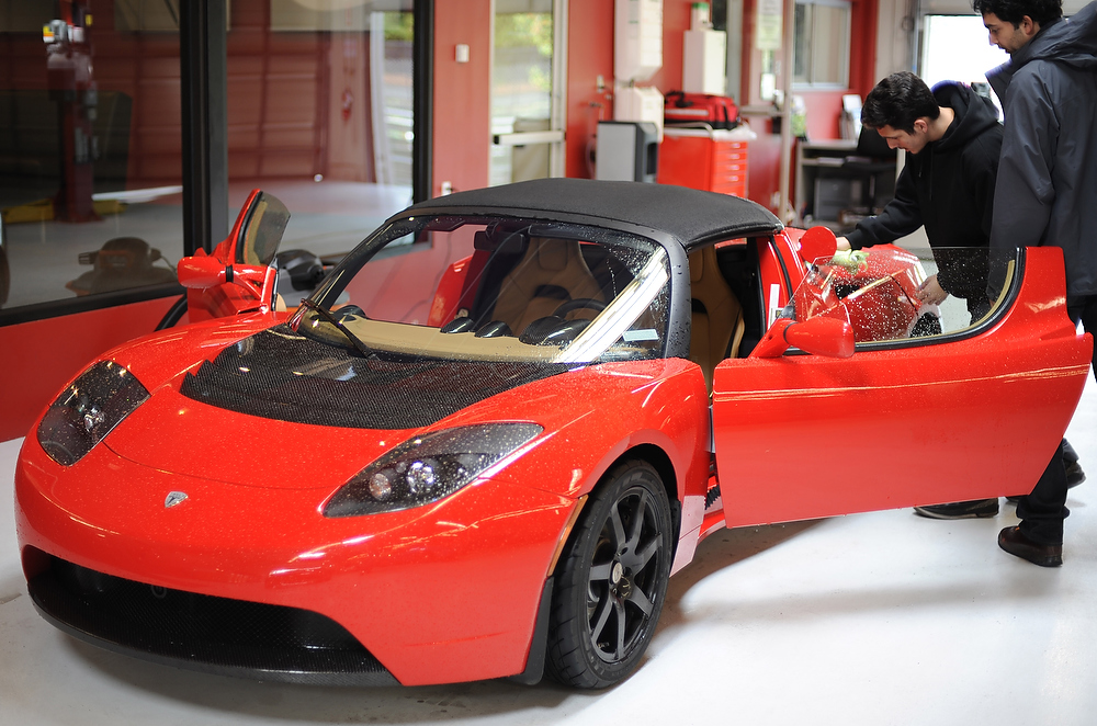 lease a tesla roadster for 1 658 per month. Black Bedroom Furniture Sets. Home Design Ideas