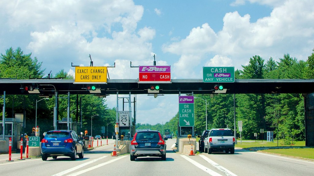 Toll plaza with E-ZPass on the Spaulding Turnpike near Rochester, NH (via Wikimedia user Fletcher6)