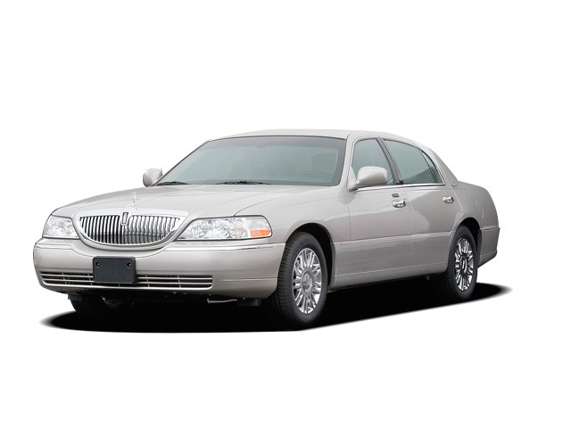 2009 Lincoln Town Car 4-door Sedan Signature Limited Angular Front Exterior View