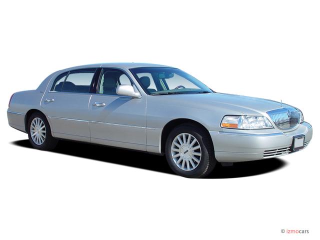 2004 Lincoln Town Car 4-door Sedan Signature Angular Front Exterior View