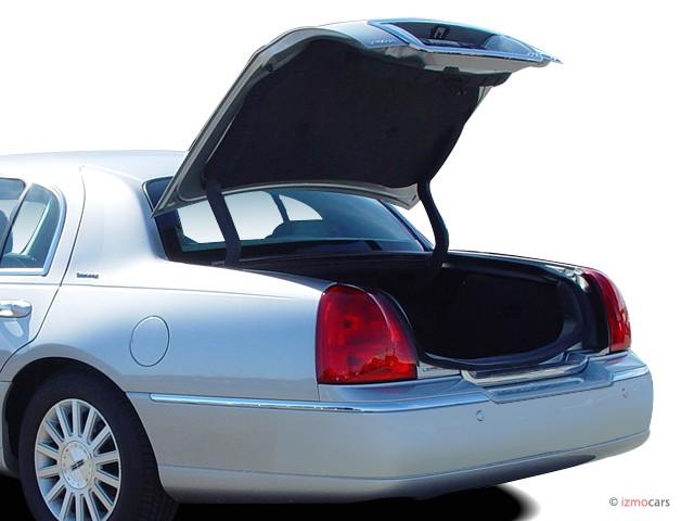 2004 Lincoln Town Car 4 Door Sedan Signature Trunk