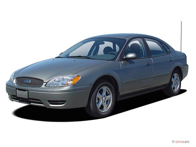 2005 Ford Taurus 4-door Sedan SE Angular Front Exterior View