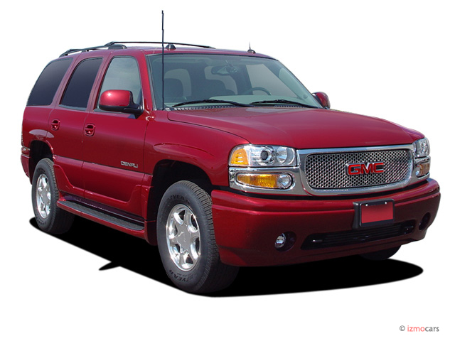 2006 GMC Yukon Denali 4-door AWD Angular Front Exterior View