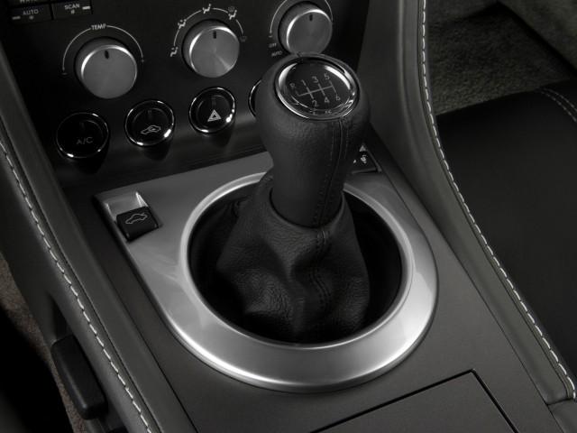 2009-aston-martin-vantage-2-door-coupe-man-gear-shift_100236183_s.jpg