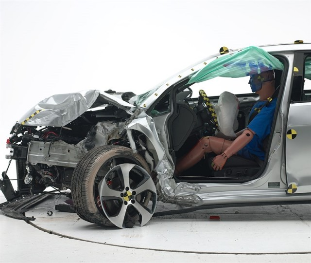 2015 Volkswagen GTI IIHS small overlap frontal crash test