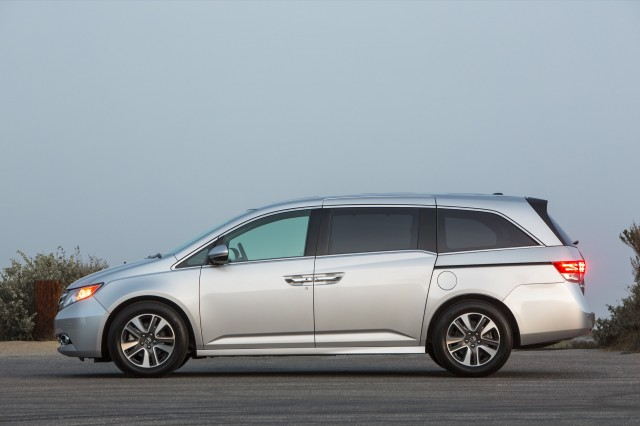 b644bb9e3574 2016 Honda Odyssey vs. 2016 Nissan Quest  Compare Cars