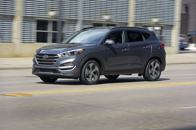 2017 hyundai tucson vs 2017 toyota rav4 the car connection for 2017 hyundai tucson vs 2017 honda crv