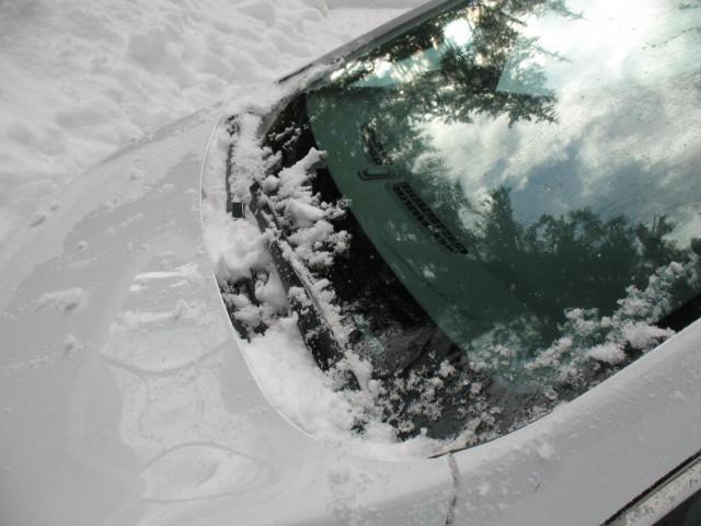 2017 Chevrolet Bolt EV electric car showing snow accmulation in windshield trough [photo: D Gadotti]