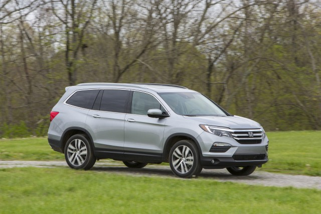 Pilot Vs Highlander >> 2017 Honda Pilot Vs 2017 Toyota Highlander Compare Cars