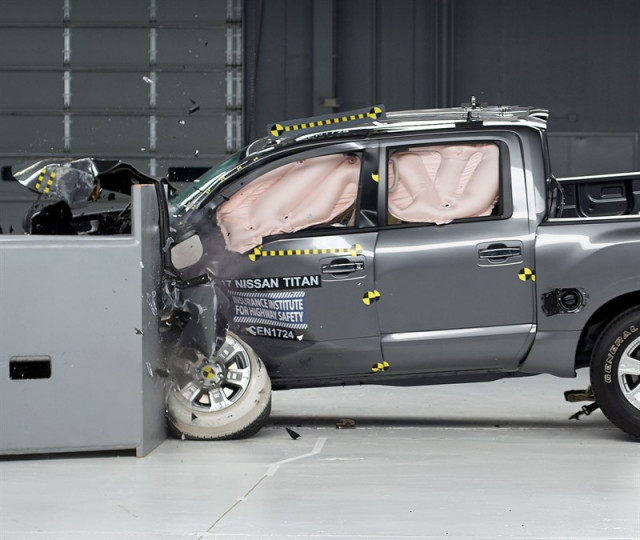 2017 Nissan Titan IIHS crash test