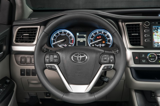 2017 toyota highlander hybrid brief drive of updated three row suv. Black Bedroom Furniture Sets. Home Design Ideas