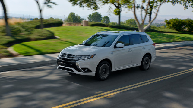 2018 mitsubishi outlander phev starts at 35 500 aggressive prices for plug in hybrid suv. Black Bedroom Furniture Sets. Home Design Ideas