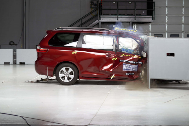 2018 Toyota Sienna in IIHS crash test