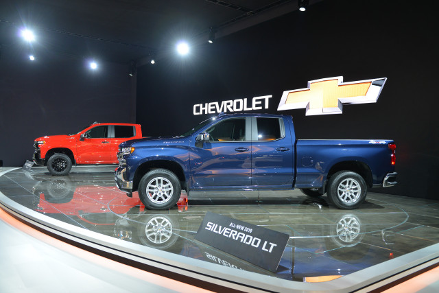 2019 chevrolet silverado revealed full size chevy gets leaner meaner. Black Bedroom Furniture Sets. Home Design Ideas