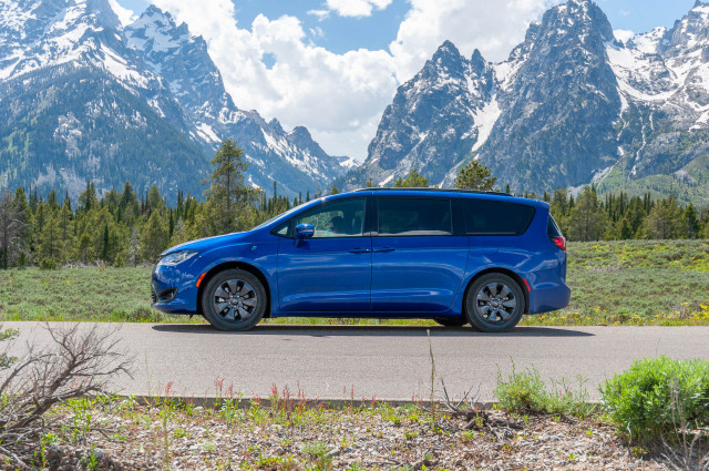 2019 Chrysler Pacifica Hybrid update, Lee Iacocca dies, Bentley Bentayga Hybrid driven: What's New @ The Car Connection