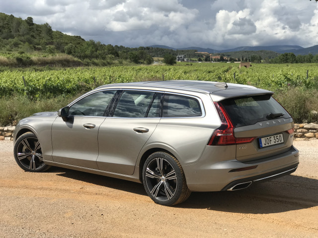 2019 Volvo V60 vs. 2019 Volvo XC60: Compare Cars