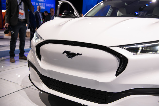 New 2021 cars, Aston Martin Valkyrie flies, Lincoln partners up for electric SUV: What's New @ The Car Connection