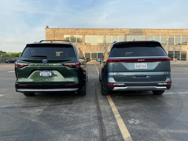 2022 Kia Carnival, silver, and 2021 Toyota Sienna, green