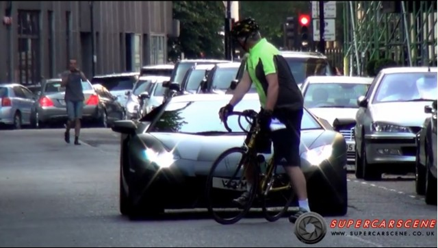 Cyclist in London looking at driver of Lamborghini Aventador [clip from video by SupercarsOfLondon]