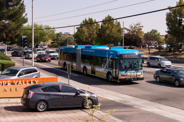 First all-electric articulated bus in the world, Palmdale, CA, by Nate Pitkin [CC BY-SA 4.0]
