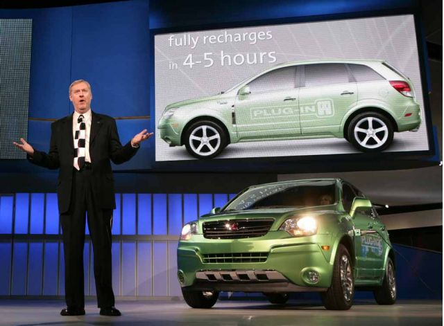 GM EVP Tom Stephens with Saturn Vue Hybrid NAIAS