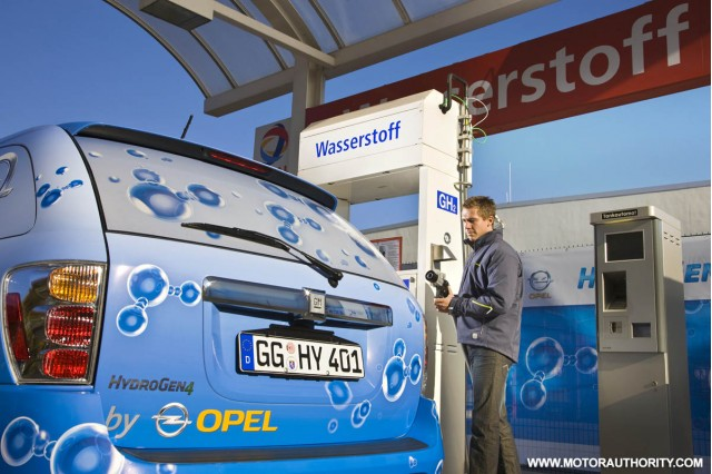 gm hydrogen4 fuel cell vehicle 011