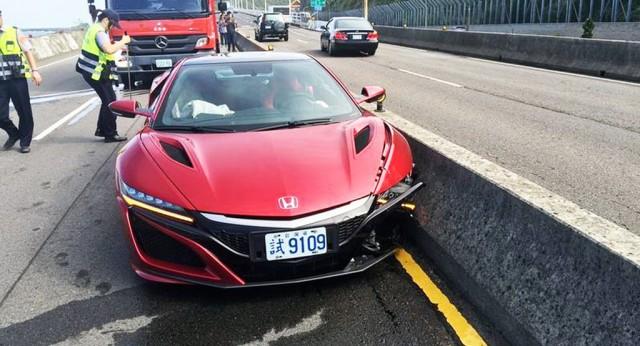 Honda NSX crash on Wang Kung Temple Provincial Highway, Taiwan - Image via Apple Daily Taiwan