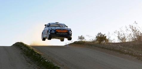 Hyundai Veloster rally car flies through the air
