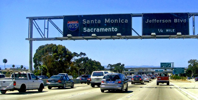 Traffic at the I-10 & I-405 interchange in Los Angeles, California (by Mario Roberto Duran Ortiz)