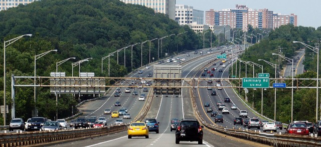 I-95/395 reversible HOV lanes, located in the middle of the freeway (pic by Mariordo at Wikimedia)