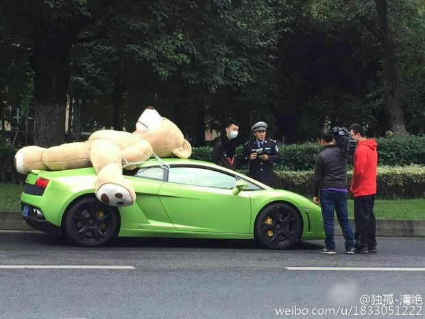 Lamborghini Gallardo driver attempts to transport giant teddy bear - Image via Weibo