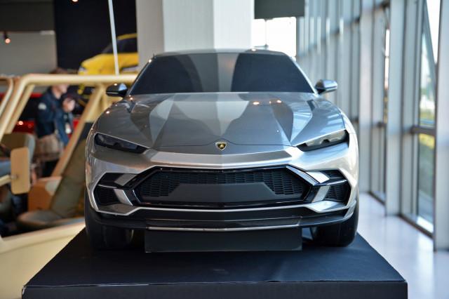 Lamborghini Urus scale model design proposal