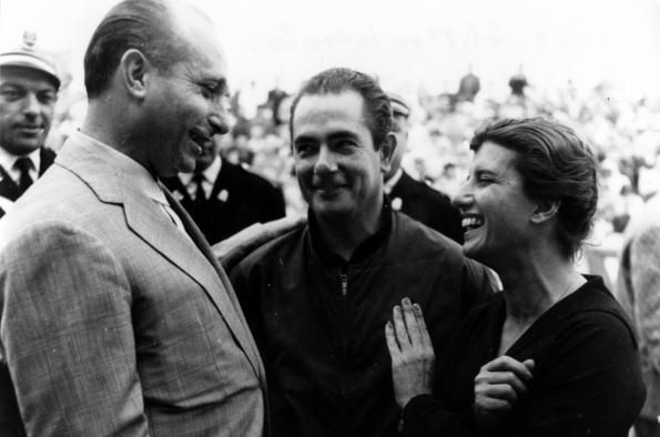 Maria Teresa de Filippis with Juan Manuel Fangio and Jean Behra (Monaco GP, 1959) | Photo from Maser