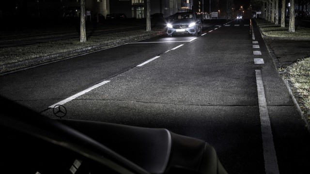 US to allow brighter, self-dimming headlights on new cars