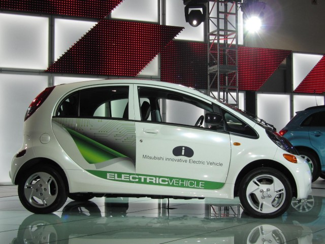 mitsubishi prices 2012 39 i 39 electric car at 27 990 before tax breaks. Black Bedroom Furniture Sets. Home Design Ideas