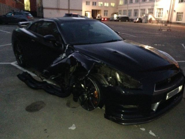 Nissan GT-R blows a tire at 200 mph. Image via pizdec77/GTRLife.