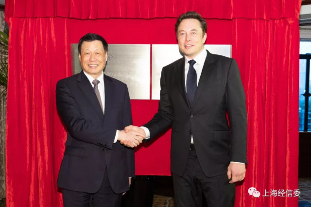 Tesla CEO Elon Musk (r.) and Shanghai Mayor Ying Yong in Shanghai July 10, 2018