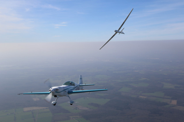 World's first electric-plane aerotow with Siemens SPD260-powered Extra 330LE, © Jean-Marie Urlacher